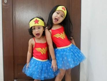 Kompak banget nih pakai kostum Wonder Woman. (Foto: Instagram @hada9)