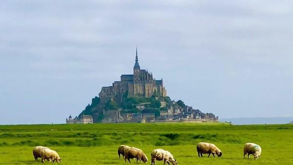 Terlihat anggun dari kejauhan, kastil ini juga menjadi gereja atau biara tua. Mont Saint Michel, adalah salah satu Situs Warisan Dunia UNESCO (lachinkin/Instagram)