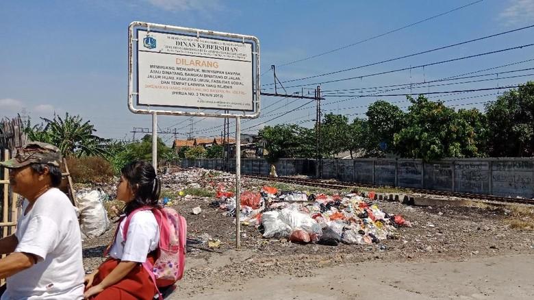 Jorok! Sampah Menumpuk di Pinggir Rel KA di Tanjung Priok