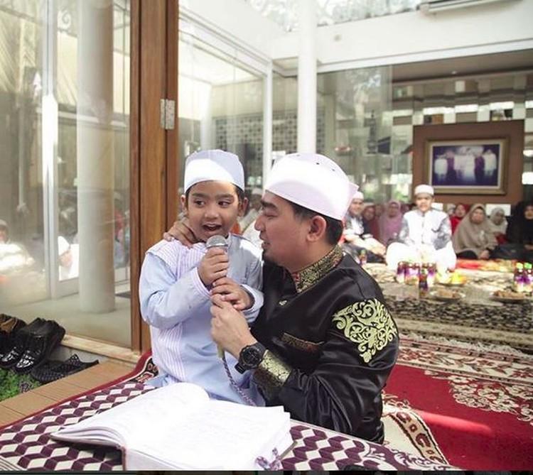 Pakaipeci dan baju koko, Ustaz Solmed kompak banget sama anaknya, Sulthan, Bun! (Foto: Instagram @ustad_solmed)