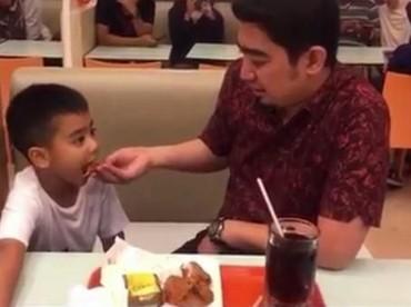 Hmm, sepertinya Sulthan baru mau makan kalau disuapi ayahnya nih, hi-hi. (Foto: Instagram ustad_somed)