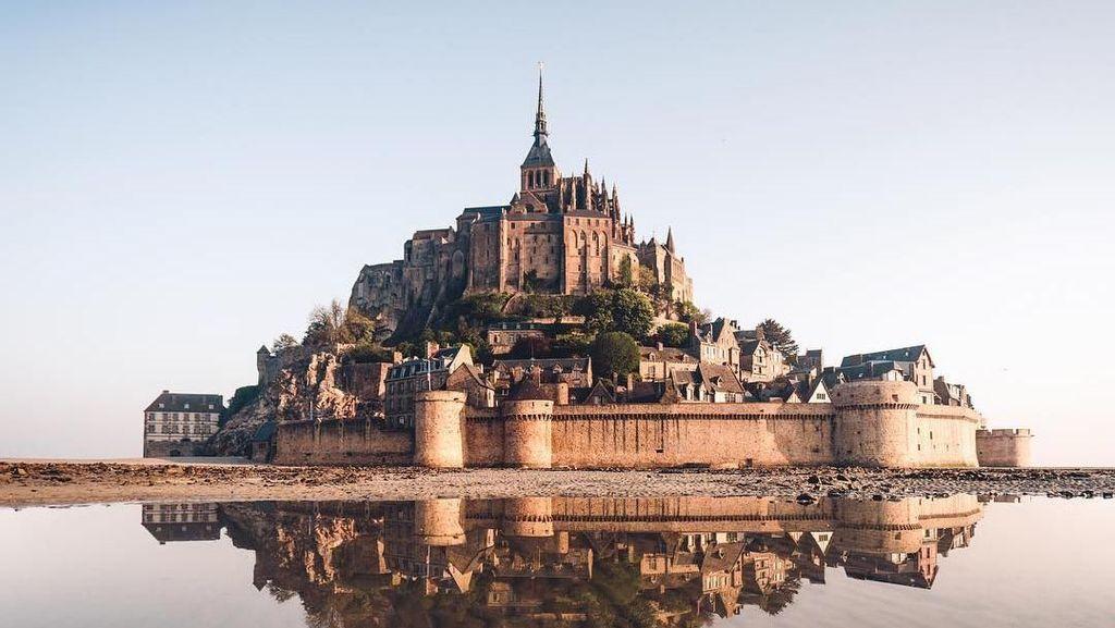 Seperti di Negeri Dongeng, Ada Kastil di Pinggir Laut Prancis