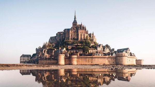 Kastil ini ada di tengah pulau karang yang berada di mulut Sungai Couesnon. Namanya Mont Saint Michel Castle, di Normandy, Prancis (jack_anstey/Instagram)