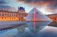 Selain Menara Eiffel, Museum Louvre juga dipilih oleh pasangan Jusup dan Clarissa untuk lokasi prewedding mereka. Siapa yang tak tahu Piramida kaca Louvre yang ikonik? (Thinkstock)
