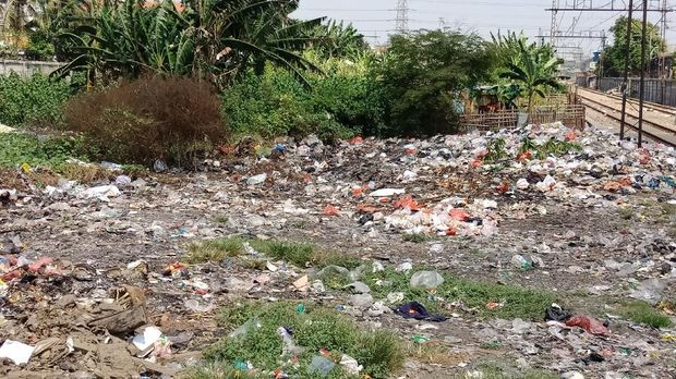 sampah berserakan di pinggir rel