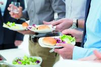 Hampir Semua Orang Kantoran Terbukti Suka Banget Makanan Gratis