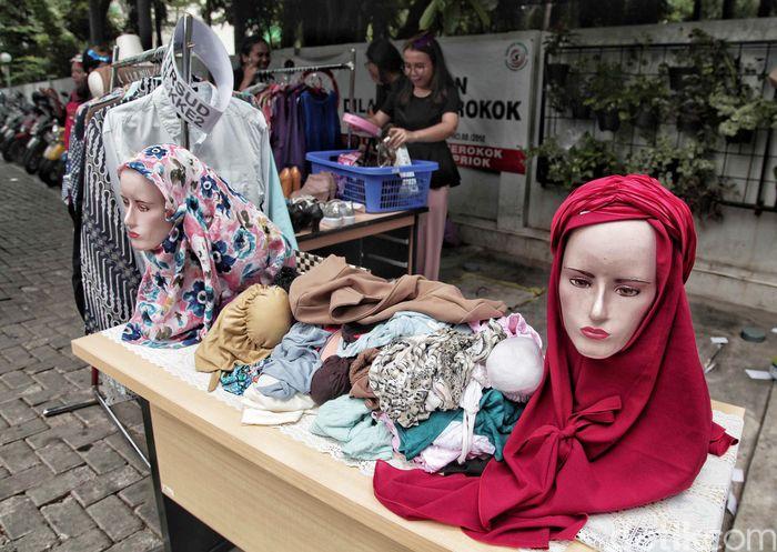 Sejumlah pegawai berjualan baju di RSUD Tanjung Priok, Jakarta Utara, Rabu (23/5/2018).