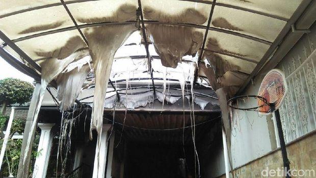 Kanopi yang terbuat dari plastik meleleh terkena api