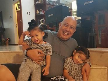Perkenalkan ini Alyana Adham dan Aqila Adham bersama dengan kakek tersayang, Indro Warkop. (Foto: Instagram @hada9)