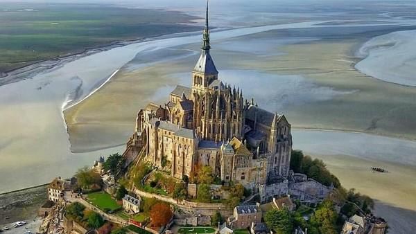 Mont Saint Michel Castle dibangun pada abad ke-10 dan sekarang menjadi pusat ziarah para penganut Nasrani. Butuh waktu sekitar 3 sampai 4 jam dari Kota Paris (map_of_europe/Instagram)