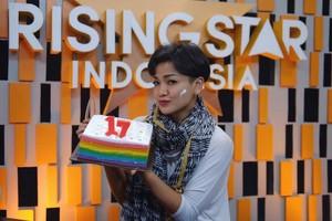 10 Pose Si Lincah Nirina Zubir Saat Tiup Kue Daging dan Makan Bareng Teman