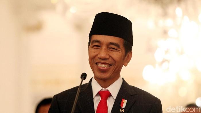 Presiden Joko Widodo tersenyum sumringah saat mengumumkan pemberian tunjangan hari raya (THR) dan gaji ke-13 bagi PNS dan pensiunan di Istana Negara, Jakarta, Rabu (25/5/2018).