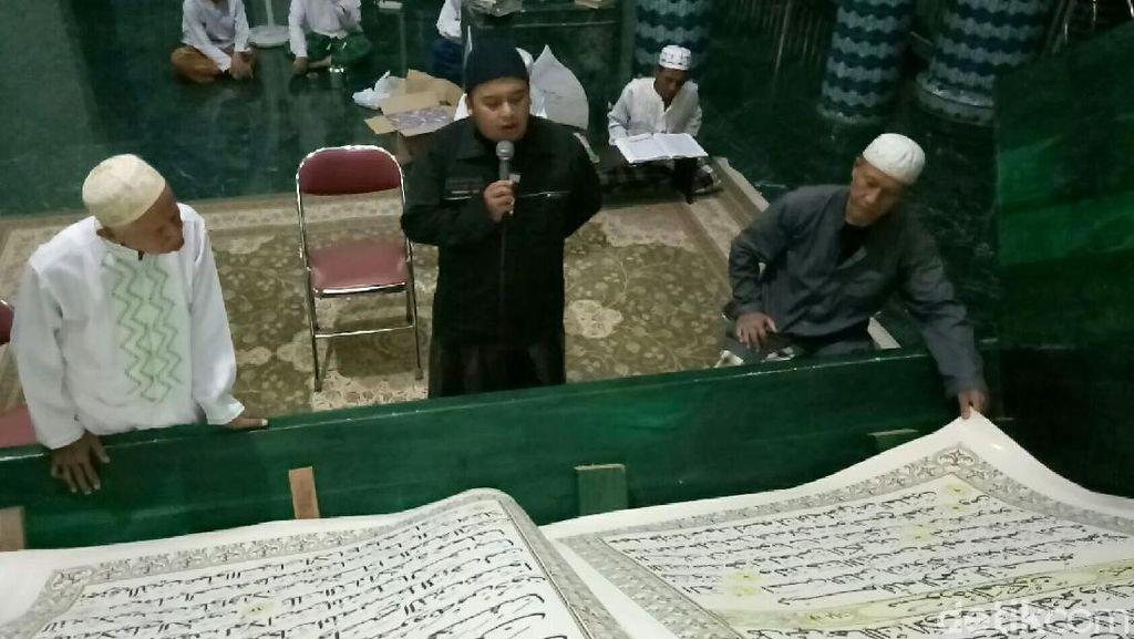 Di Masjid Ini, Tadarusnya Pakai Alquran Raksasa