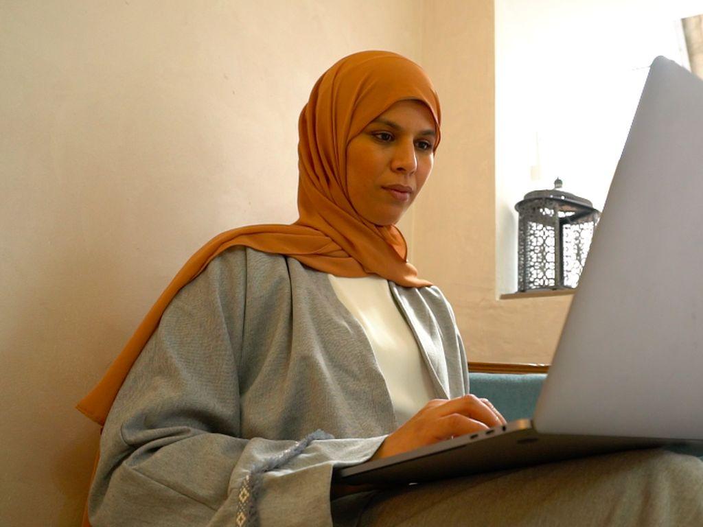 Tak Diizinkan Berhijab, Muslimah Prancis Ini Jadi Desainer