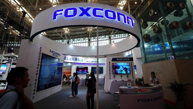 Visitors are seen at a Foxconn booth at the World Intelligence Congress in Tianjin, China May 19, 2018. Picture taken May 19, 2018. REUTERS/Stringer  ATTENTION EDITORS - THIS IMAGE WAS PROVIDED BY A THIRD PARTY. CHINA OUT.