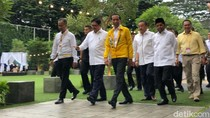 Foto: Gaya Jokowi Berjaket Asian Games Kuning di Kantor Golkar