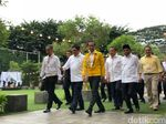 Berjaket Kuning Asian Games, Jokowi Bukber di Kantor Golkar