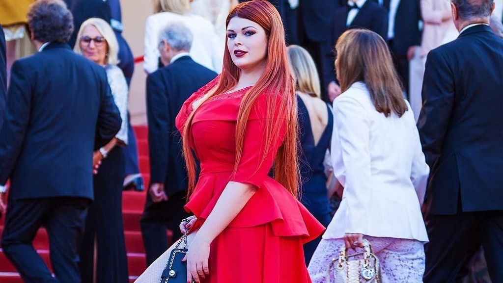 Duh! Jalan di Red Carpet, Busana Model Rusia Ini Copot