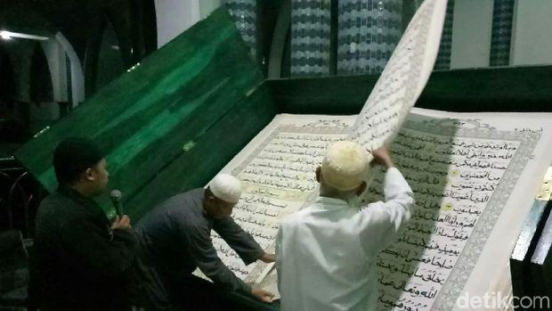 Di Masjid Ini, Tadarusnya Pakai Al Quran Raksasa