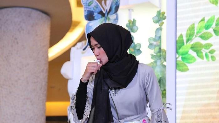 Bukan hanya rutin latihan debus, hijabers cantik Ana Lestiana juga rutin olahraga ringan di pagi hari lho. Pantas saja kalau tubuhnya ramping ya. Foto: Nico