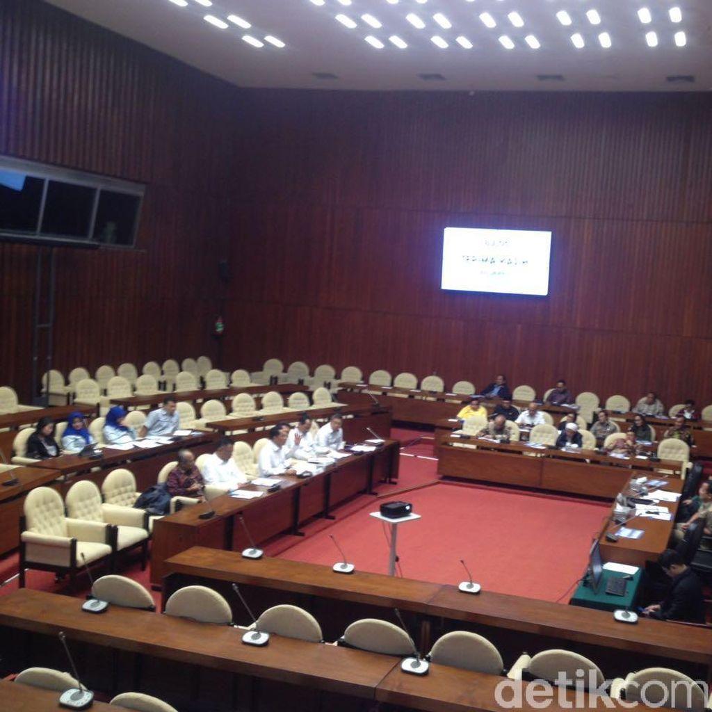 Rapat Bareng Buwas, Anggota DPR Hadir Nggak Sampai Separuh