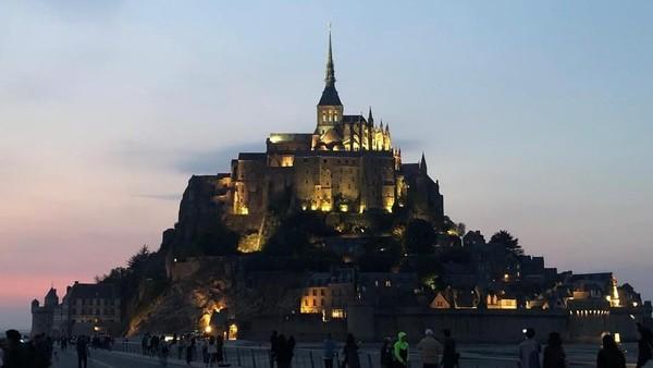 Pada 1067 Mont Saint Michel menjadi tempat bertahtanya William Normandy yang mengklaim kerajaan Inggris. Biara ini pun memiliki tanah lain di Inggris, di pulau kecil di barat Cornwall yang meniru gaya Mont Saint Michel dan dinamakan Saint Michael Penzance (yelll_ming/Instagram)