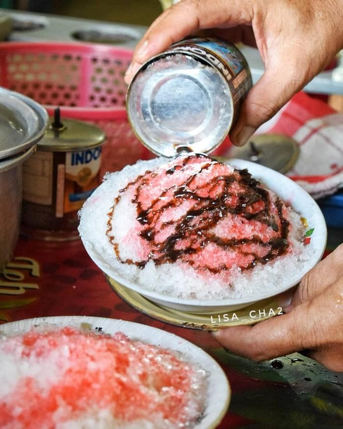 Setelah menahan haus dan lapar berjam-jam. Kini saatnya menikmati semangkuk es shanghai dengan paduan es serut, sirup merah yang disiram dengan susu kental manis cokelat. Nikmat! Foto: Instagram @lisa_cha2