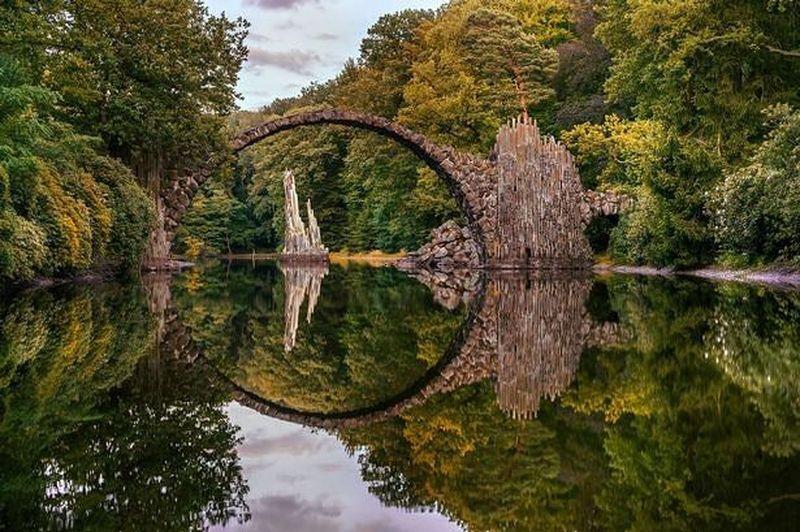 Cantik kan? Siapa sangka jembatan cantik ini bernama The Devils Bridge atau bahasa lokal menyebutnya Rakotzbrucke. (greatholidays/Instagram)