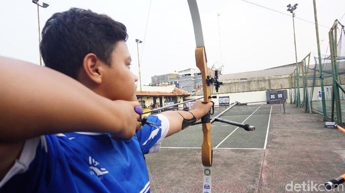 Kelihatannya simpel, tapi memanah butuh koordinasi dan kekuatan otot yang baik (Foto: Widiya Wiyanti)