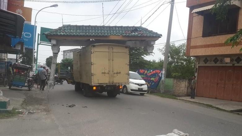 Viral Gapura Nyangkut di Atas Truk dan Ikut Jalan-jalan