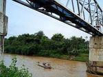 Jatuh Saat Gendong Pacar Sambil Meniti Jembatan, Pria Ini Tewas