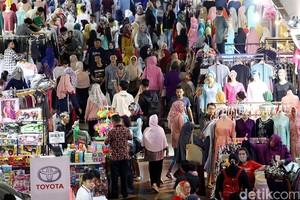 Pasar Tanah Abang Penuh Sesak di Bulan Ramadan