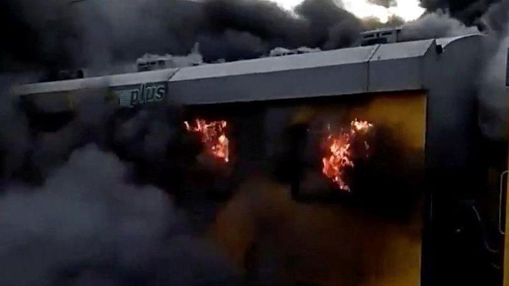 Foto: Kobaran Api dan Asap Tebal Saat Kereta Terbakar di Afrika