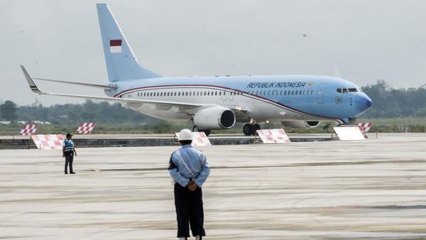 Pesawat Kepresidenan yang ditumpangi Presiden Joko Widodo dan rombongan mendarat di Bandara Internasional Jawa Barat (BIJB) Kertajati, Majalengka, Jawa Barat, Kamis (24/5). Pesawat tersebut merupakan pesawat pertama yang mendarat di BIJB Kertajati dalam rangka kunjungan kerja Presiden di Jawa Barat selama dua hari. ANTARA FOTO/M Agung Rajasa/foc/18.
