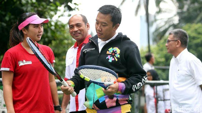 Menpora Imam Nahrawi memberi motivasi ketika meninjau pelatnas tenis dan soft tennis (Foto: Rengga Sancaya)