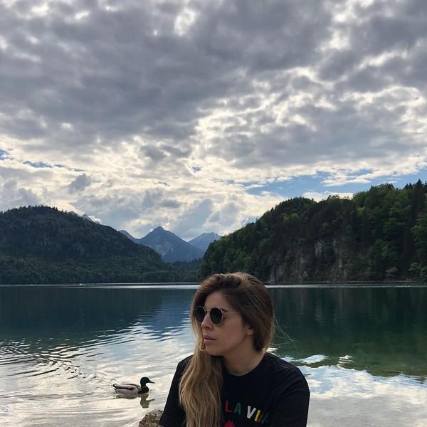 Tak cukup New York, Dalma juga liburan keliling Eropa. Ini saat Dalma bersantai di depan sebuah danau di Munich, Jerman. (Dalma Maradona/Instagram)