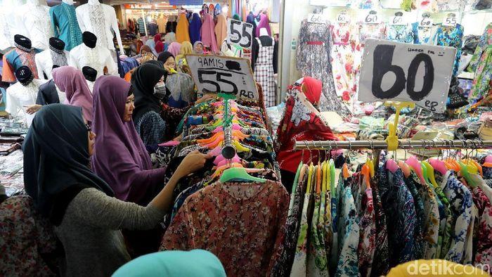 Masyarakat Membeli Pakaian di Pasar Tanah Abang/Foto: Grandyos Zafna