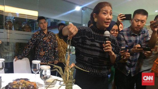 Menteri KKP Susi Pudjiastuti memamerkan lobster yang hendak diselundupkan.