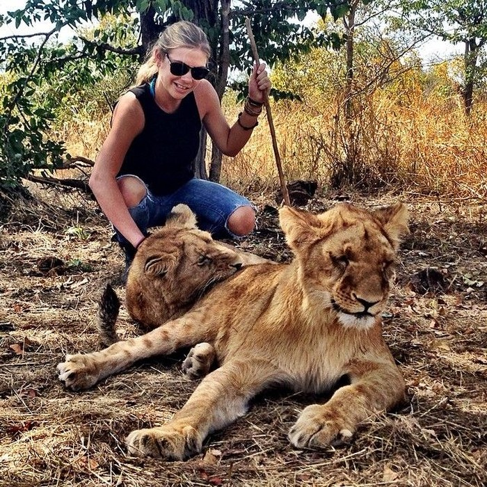 Dia pun gemar bertualang di alam terbuka. Maklum, ia dibesarkan di Lemco Safari Area. (Foto: Instagram/chelsydavy)
