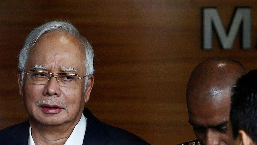 Saat Pejabat Kepolisian Tersenyum Soal Cokelat Najib yang Hilang