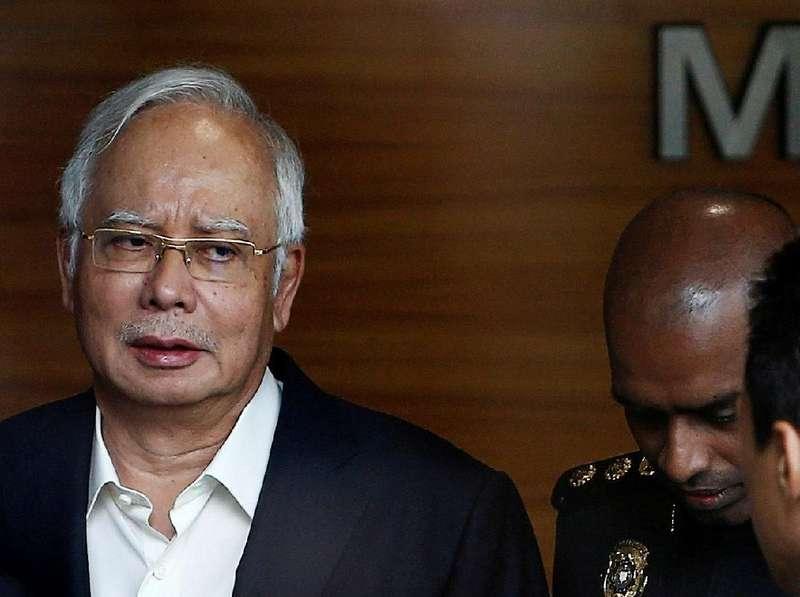 Gara-gara Najib, Warga Malaysia Ramai-ramai Beri Cokelat ke Polisi