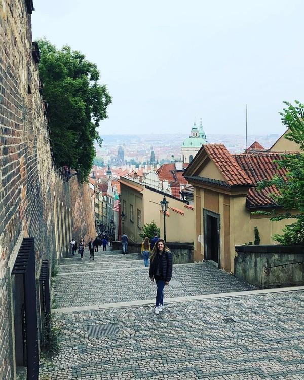 Perjalanan Dalma berlanjut ke Praha, Republik Ceko. Pesona Praha dan kota tuanya berhasil memikat Dalma. (Dalma Maradona/Instagram)