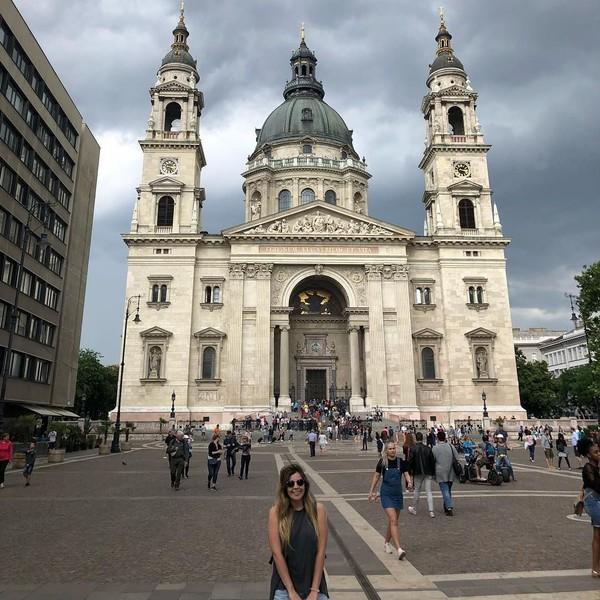 Setelah Praha, gantian Budapest yang memesona Dalma. Dalma berfoto di depan sebuah katedral cantik di sana. (Dalma Maradona/Instagram)