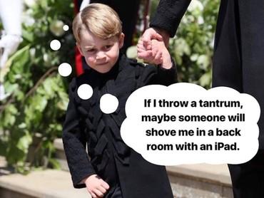 Dalam beberapa jepretan foto, Pangeran George terlihat tidak begitu ceria. Mungkin Pangeran George bosan dan ingin bermain, he-he. Maklum anak-anak ya, Bun. (Foto: Instagram @averageproblems)