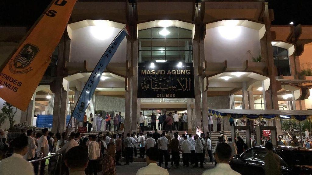 Jokowi Salat Tarawih di Masjid Agung Cilimus Kuningan