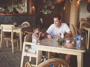 Gaya Keren Tjok Gus, Suami Happy Salma Saat Ngopi hingga Nikmati Makanan Bali