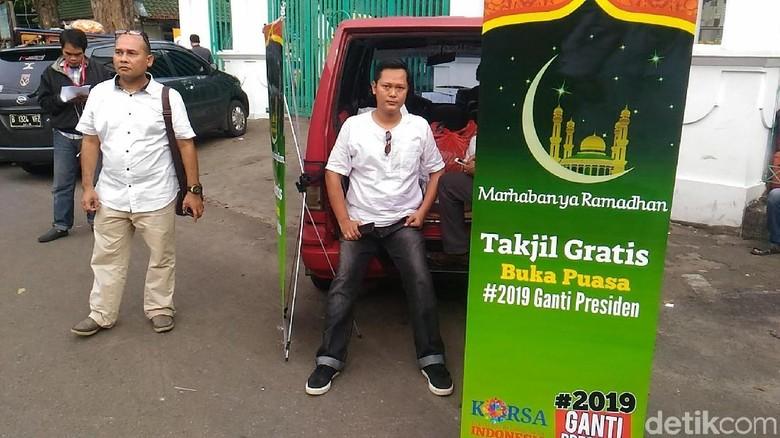 Foto: Panas #2019GantiPresiden dari Kaus hingga Takjil
