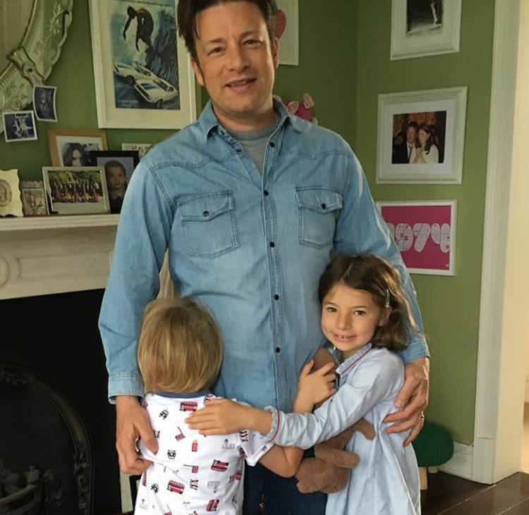 Meskipun terbilang sibuk, Jamie Oliver selalu sempatkan diri untuk bermain anak-anaknya. (Foto: Instagram @joolsoliver)