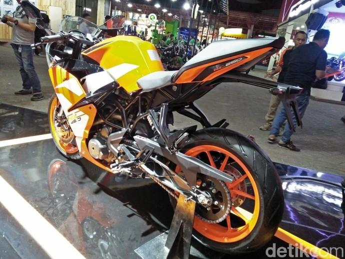Lini baru dari motor KTM di Indonesia ini ciri khasnya adalah adanya side muffler. Foto: Ruly Kurniawan