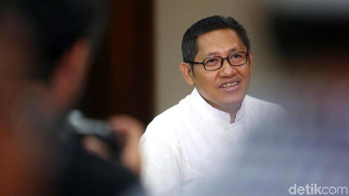 Mantan Ketua Umum Partai Demokrat Anas Urbaningrum mengajukan peninjauan kembali (PK) atas vonis perkara korupsi Hambalang. Ia tampak ditemani istrinya.